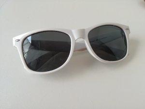 weiße Sonnenbrille mit grauen Gläsern