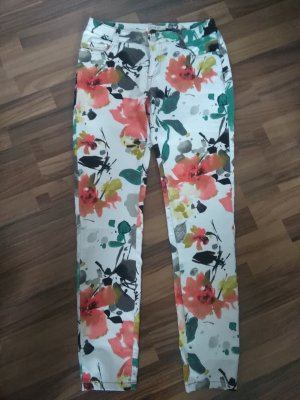 weiße Stoffhose mit bunten Blumenmustern