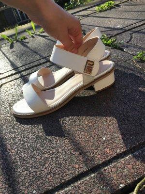 Weiße topshop Sandalen Sandaletten mit Mini Absatz riemchen goldener Verschluss Gold weiß Leder Look edgy cool Sommer Trend boho