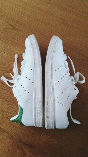 Weiße und grüne Adidas Stan Smith in der Größe 38