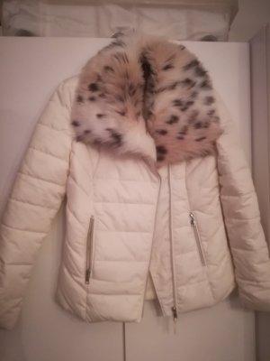 Weiße Winterjacke mit Fellkragen