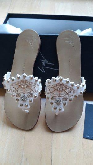 Weiße Zehen-Sandalen mit Nieten von Guiseppe Zanotti!