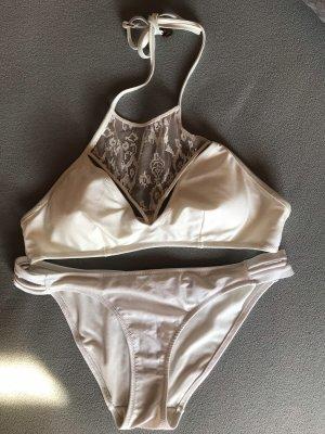 Weißer Bikini mit Spitzendetails