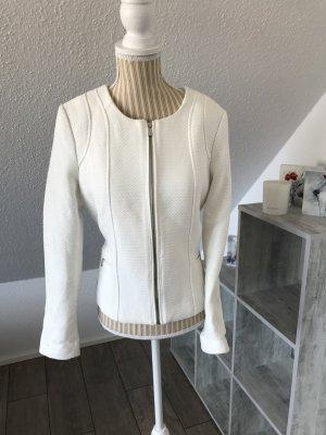 Weißer Blazer im Chanel-Stil
