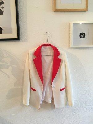 Weißer Blazer mit rotem Kragen