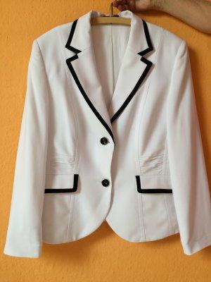 Weißer Blazer mit schönen Details