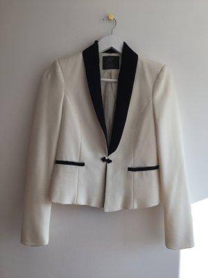 Weißer Blazer mit schwarzem Kargen, Zara TRF