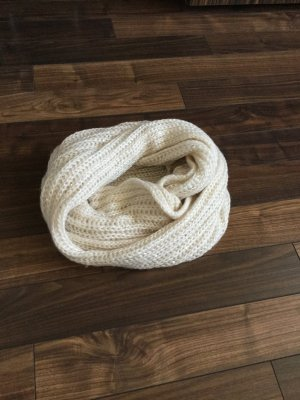 Weißer flauschiger Schal