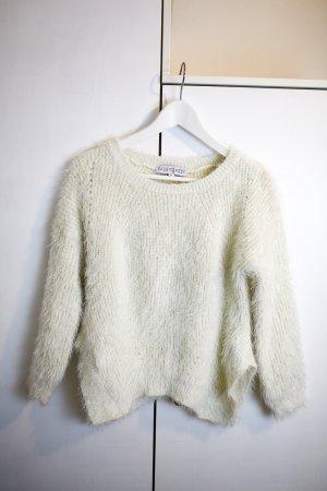 Weißer flauschiger Wollpulli