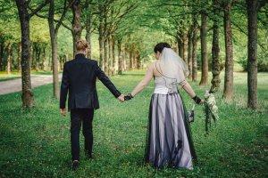 Weißer Hochzeitsschleier mit schwarzer Kante