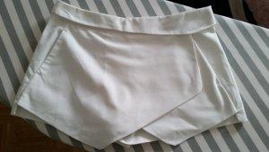 Weißer kurzer Hosenrock von Zara mit Taschen und umgeklapptem Bund