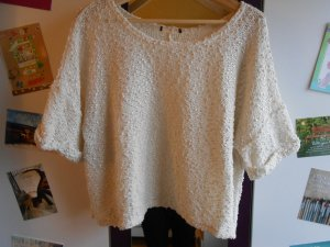 Weißer kurzer Pullover mit kurzen Ärmeln