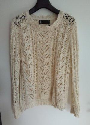 weißer Loch-Strick-Pullover