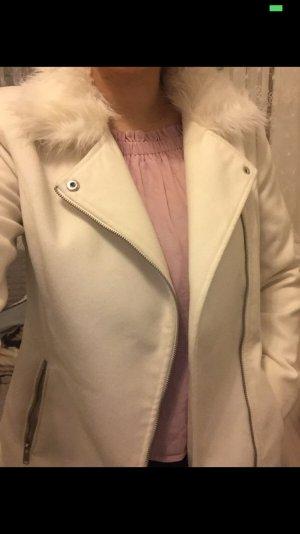 Weißer Mantel mit Fell