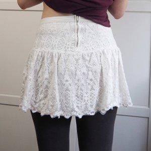 weißer Minirock aus Spitze
