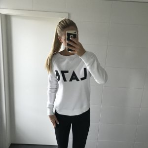 weißer Pullover mit Aufschrift