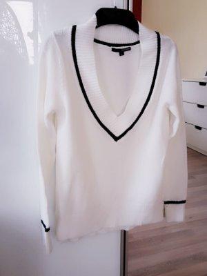 Weißer Pullover mit großem Ausschnitt