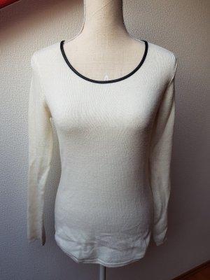 Weißer Pullover mit Rundhalsausschnitt
