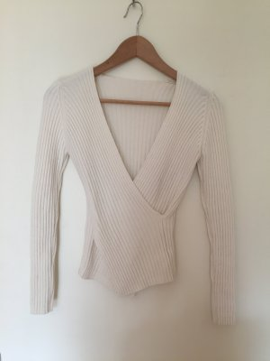 Weißer Pullover mit tiefem Dekolleté