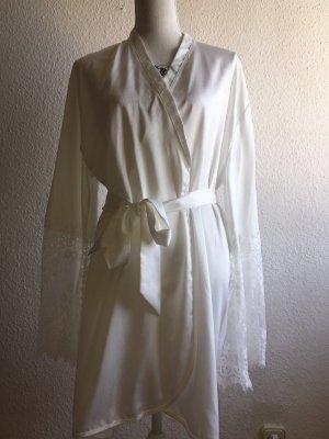 Weißer Satin Kimono mit Spitze von Hunkemöller / Brautmode / Brautkimono