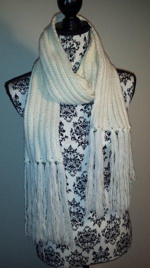 weißer Schal für den Winter