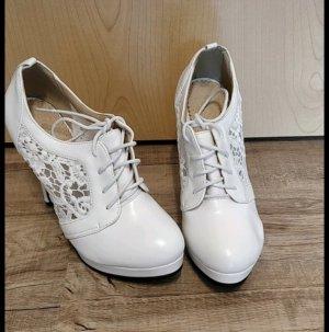 weißer Schuh mit Spitze