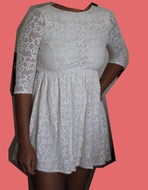 Weißer Spitzennkleid