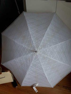 Weisser Spitzenregenschirm