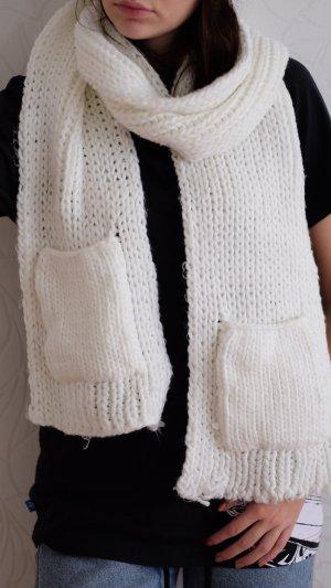 Weißer Wollschal mit Taschen