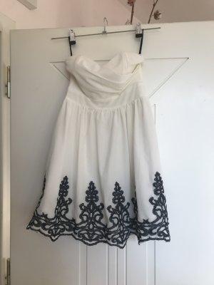 weißes Abendkleid mit schwarzen Rüschen