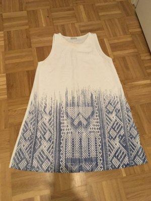 Weisses ärmelloses Kleid mit blauen Print von Zara