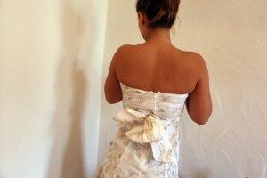 Weißes, besticktes Mini-Kleid