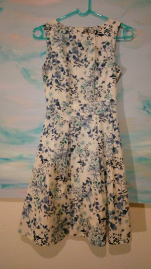 Weißes blau geblümtes Kleid