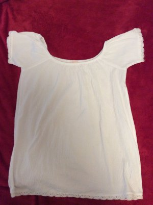 Weißes Carmenshirt mit Spitzensaum
