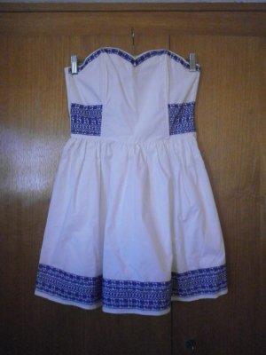 weißes Corsagenkleid mit blauer Stickerei