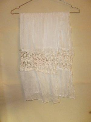 Weißes Halstuch mit löchrigem Einsatz