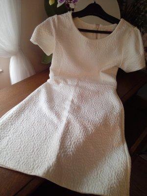 Weißes Kleid mit Ärmeln