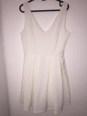 Weißes Kleid mit Ausschnitt