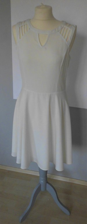 weißes Kleid mit Cut Outs an den Schultern
