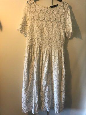 Weißes Kleid mit Gürtel
