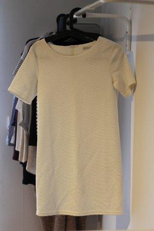 Weißes Kleid mit kurzen Ärmeln