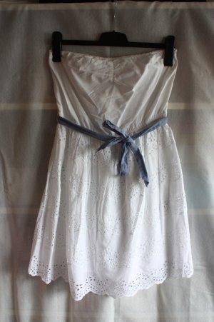 Weißes Kleid mit Lochmuster