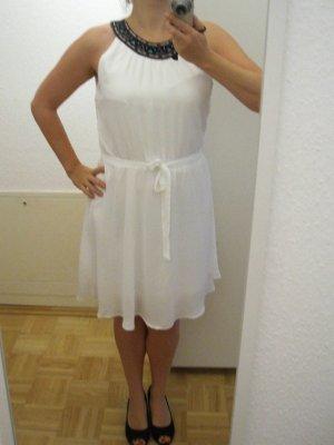 weißes Kleid mit Perlenapplikation am Kragen