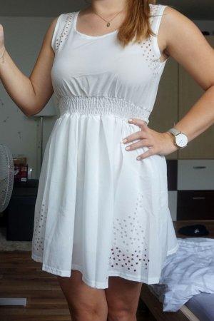 weißes Kleid mit Punkten