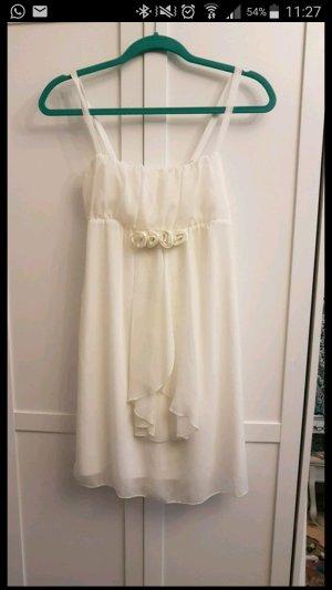 Weißes Kleid mit Rosen