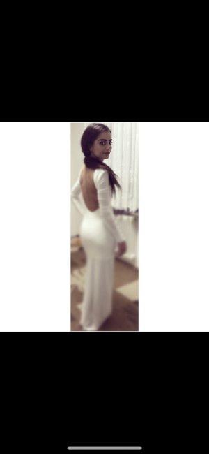 Weißes Kleid mit Rückenausschnitt und Schlitz