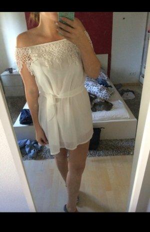 Weißes Kleid mit Spitzeausschnitt