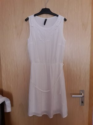 weißes Kleid mit Spitzenbesatz