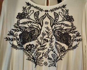 Weißes Kleid mit Stickmuster Gr. 42
