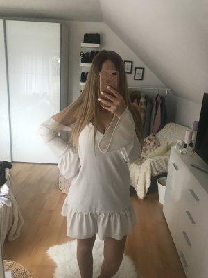 Weißes Kleid mit Volant-Ärmeln